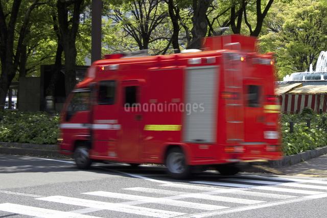火災現場に走る消防車の写真素材 [FYI04190935]