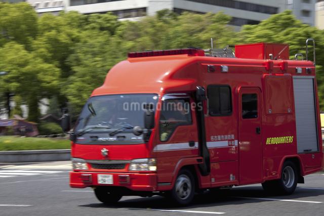火災現場に走る消防車の写真素材 [FYI04190937]