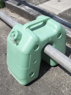 道路工事現場の樹脂製の安全柵の水タンクのおもりの写真素材 [FYI04191038]
