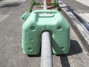 道路工事現場の樹脂製の安全柵の水タンクのおもりの写真素材 [FYI04191041]