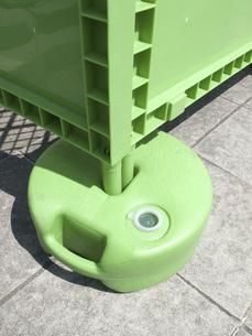 道路工事現場の樹脂製の安全柵の水タンクのおもりの写真素材 [FYI04191042]