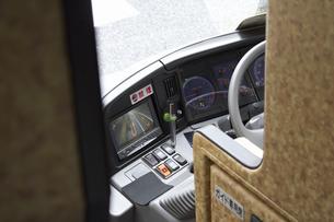 観光バスの運転席のバックモニターの写真素材 [FYI04191131]