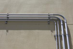 建物壁面の電線のヒューム管の写真素材 [FYI04191252]