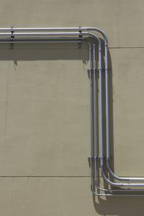 建物壁面の電線のヒューム管の写真素材 [FYI04191255]