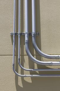 建物壁面の電線のヒューム管の写真素材 [FYI04191257]