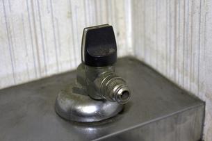 古いマンションの台所のガスコックの写真素材 [FYI04191364]