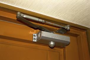 古いマンションの鉄のドアの写真素材 [FYI04191373]