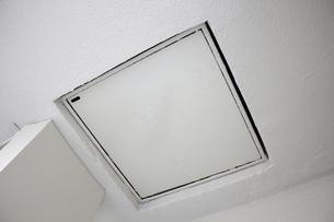 古いマンションのベランダ天井の避難ハッチの写真素材 [FYI04191380]
