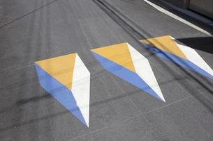 道路に描かれた3D表示の交通サインの写真素材 [FYI04191412]