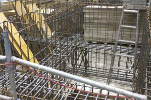 ビル建築工事現場の基礎工事の鉄筋の写真素材 [FYI04191422]