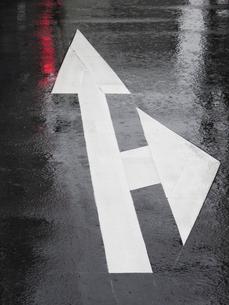 雨にぬれたアスファルトの写真素材 [FYI04191520]