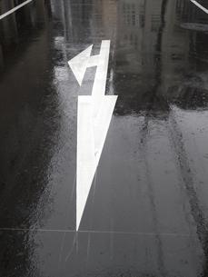 雨にぬれたアスファルトの写真素材 [FYI04191523]