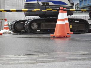 雨天の道路工事の写真素材 [FYI04191577]