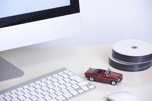 デスクトップパソコンとミニカーの写真素材 [FYI04191708]