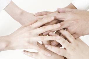 手と手の写真素材 [FYI04191941]