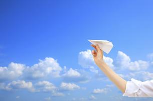 紙飛行機を持つ手の写真素材 [FYI04191950]