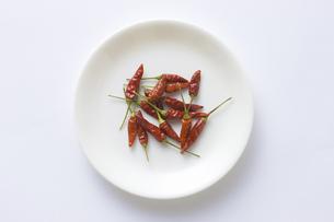 白い皿に入れた赤トウガラシの写真素材 [FYI04192026]