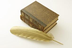 金の羽とアンティークの本の写真素材 [FYI04192374]