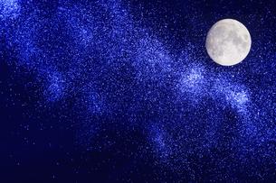 星空と月の写真素材 [FYI04192679]
