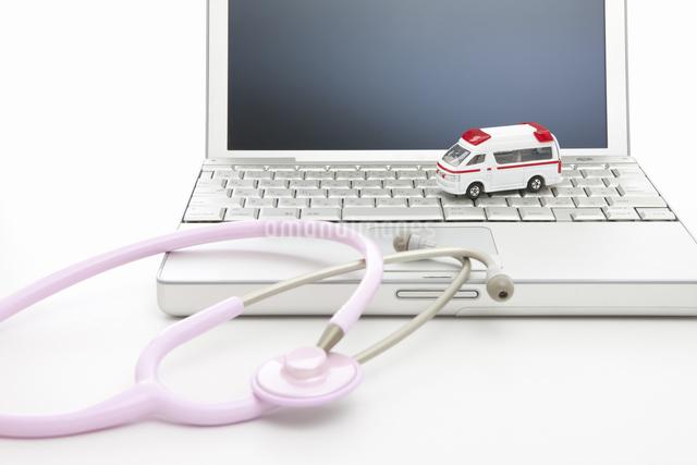 聴診器と救急車の写真素材 [FYI04193056]