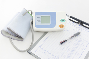 血圧計と診療録の写真素材 [FYI04193089]