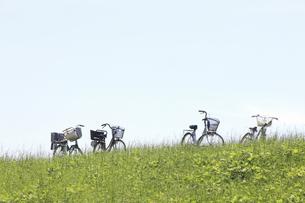 草原と自転車の写真素材 [FYI04194741]