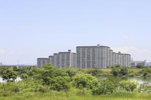 河川敷とマンションの写真素材 [FYI04194749]