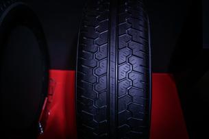 スタイリッシュな自動車のタイヤのイメージの写真素材 [FYI04195810]