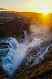 アイスランド・グトルフォスの滝と朝焼けの写真素材 [FYI04195972]