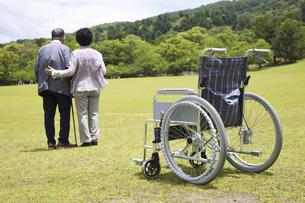 車椅子と夫婦の写真素材 [FYI04196008]