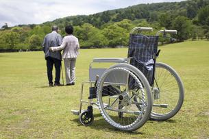 車椅子と夫婦の写真素材 [FYI04196010]