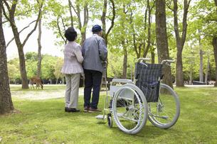 車椅子と夫婦の写真素材 [FYI04196011]