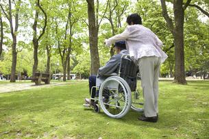 車椅子と夫婦の写真素材 [FYI04196012]