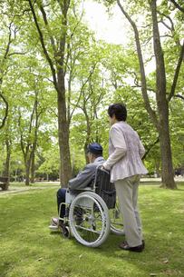 車椅子と夫婦の写真素材 [FYI04196013]