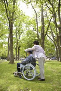 車椅子と夫婦の写真素材 [FYI04196014]