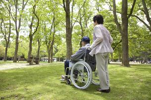 車椅子と夫婦の写真素材 [FYI04196015]