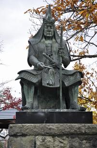 晩秋の米沢・上杉謙信公の像の写真素材 [FYI04200424]
