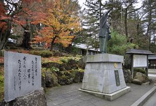 晩秋の米沢・上杉鷹山公の像の写真素材 [FYI04200427]