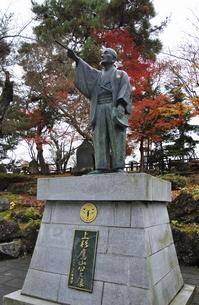 晩秋の米沢・上杉鷹山公の像の写真素材 [FYI04200428]