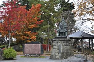 晩秋の米沢・上杉謙信公の像の写真素材 [FYI04200431]