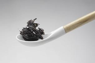 陶器製のスプーンに盛られた海苔の写真素材 [FYI04200525]