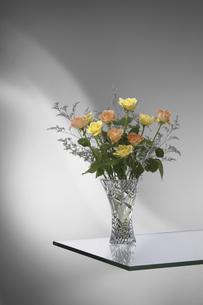 突き出したガラスの上で花器に活けた薔薇の花の写真素材 [FYI04200573]
