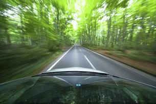 新緑の中を走るハイブリッドカーの写真素材 [FYI04203005]