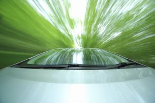 新緑の中を走るハイブリッドカーの写真素材 [FYI04203011]