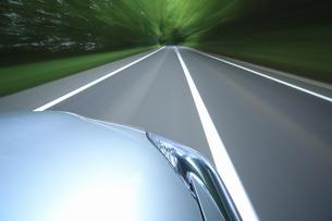 新緑の中を走るハイブリッドカーの写真素材 [FYI04203013]