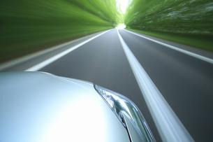 新緑の中を走るハイブリッドカーの写真素材 [FYI04203015]