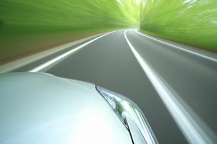 新緑の中を走るハイブリッドカーの写真素材 [FYI04203016]