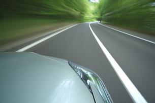 新緑の中を走るハイブリッドカーの写真素材 [FYI04203017]
