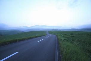 夕暮れの一本道の写真素材 [FYI04203170]