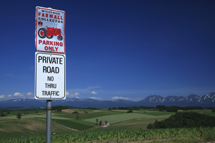 トラクターの標識と十勝連山の写真素材 [FYI04203216]